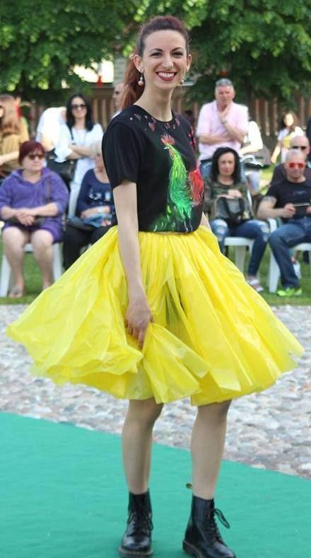 Quistello Dog Festival T-shirt Gallo flou dipinta a mano da Caterina Borghi con gonna pvc disegnata da Caterina Borghi