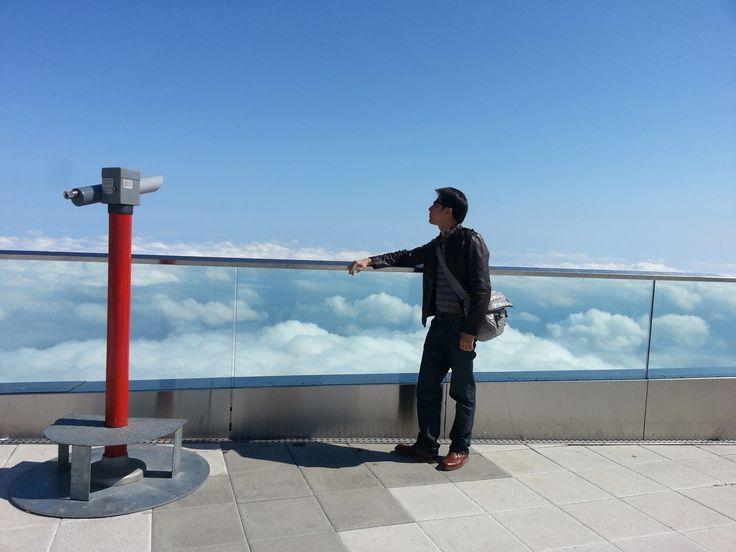 เมื่อ July ที่ผ่านมา ผมและนาฬิกา Oris คู่ซี้ ได้มีโอกาสไปท้าทายความสูงที่ยอดเขา Pilatus เมือง Luzern Swisszerland ที่ระดับความสูงเหนือเมฆ เราต้องเผชิญกับความกดอากาศ แต่ก็ไม่เป็นอุปสรรคสำหรับเราเลย Oris นั้นยังทำงานได้อย่างปกติ นับว่าเป็นเพื่อนเดินทางที่ผมมั่นใจและเชื่อใจได้เสมอ - Thachpoom, Thailand.