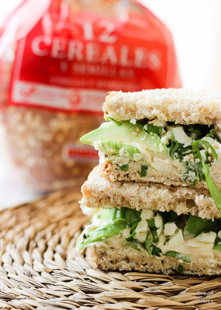 Sandwich de hummus, aguacate y feta