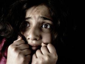 De emotie van deze afbeelding is verdrietig. Deze emotie wordt uitgebeeld door de grote, angstige ogen, opgetrokken wenkbrauwen en de handen voor de kin.