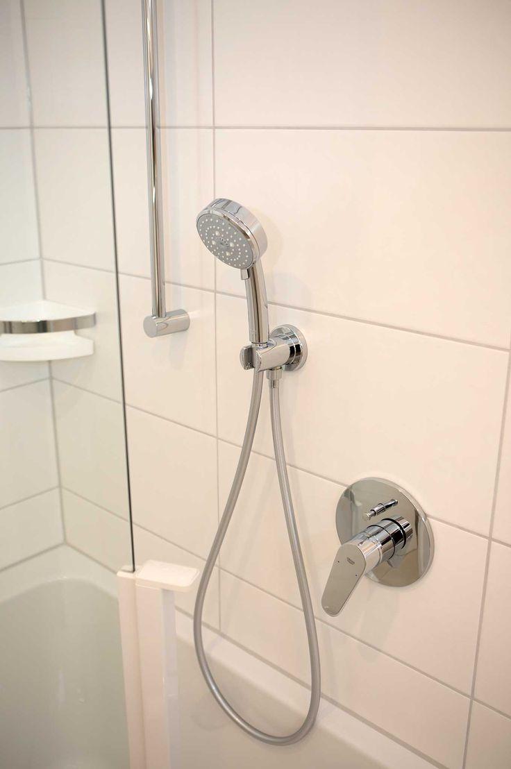 Badewanne mit Tür und Dusche: Hebelmischer, Handbrause und Brausenstange und Duschkorb, schlichtes Design