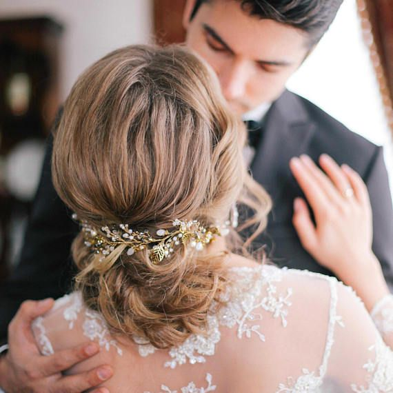 Свадебный венок для прически невесты. Этот свадебный венок нежный и элегантный ручной работы. Свадебные украшения провод-это сейчас в тренде.  Венок для новобрачных украсят прическу невесты и хорошо смотрится на темных и светлых волос. Вы можете сделать волосы из распущенных волос и заколоть украшения на стороне. Если вы сделаете волосы собраны, украшения могут быть использованы из-за спины, удар в связке. Все элементы свадебного гребня является гибким и легко выполнять все ваши фантазии…