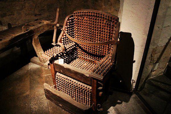 De Amerikaanse president Trump heeft nieuw meubilair besteld voor het Witte Huis. De kelder van hetgebouw wordt ingericht met onder meer antiekemiddeleeuwse stoelen. Het is gebruikelijk dat de nieuwe president zijn onderkomen naar eigen smaak mag inrichten. Het blijkt dat Trump een voorliefde koestert voor middeleeuwse zitmeubelen. Zo kocht hij houten stoelenmet lederen fixeerbanden. Het zitvlak, de rugleuning en de [...]