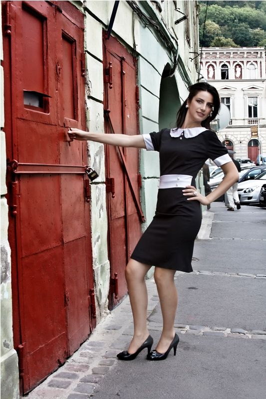 Rochie Ioana Rochie conica, marcata in talie, cu guler rotund marginit de dantela si nasturi perlati decorativi. 199RON