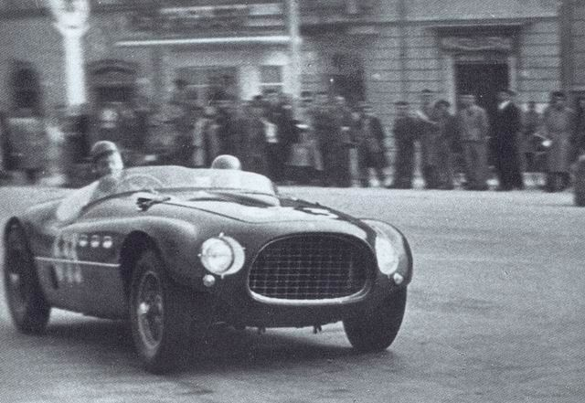 1000 Miglia 1953 Ferrara, Giulio Cabianca e Gianfranco Roghi sulla Ferrari 250 MM Spider Vignale - Foto di C'era una volta Ferrara | Come eravamo: viaggio tra le foto d'epoca delle nostre città