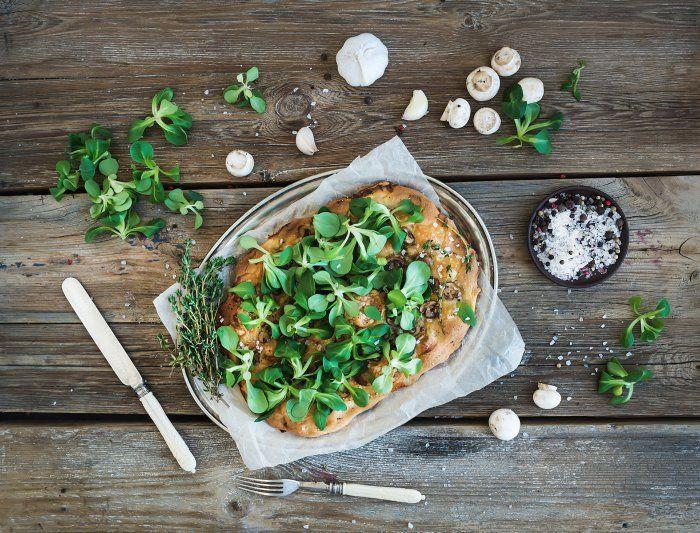Pizza végétalienne aux légumes et jeunes pousses