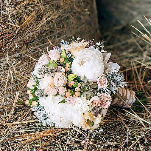 Svadobná kytica zo živých kvetov v marhuľkových a jemne ružových odtieňoch. Je zhotovená z pivoniek, trsových ružičiek, liatrisu, ruží, gypsophyly,hortenzie s doplnkom strčeka, hypericum, ...