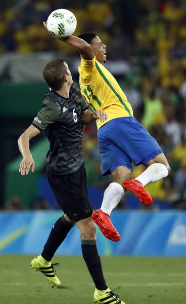 Brazil's forward Gabriel Jesus (R) and Germany's midfielder Sven Bender vie for the ball during the Rio 2016 Olympic Games men's football gold medal match between Brazil and Germany at the Maracana stadium in Rio de Janeiro on August 20, 2016.  / AFP / Odd Andersen