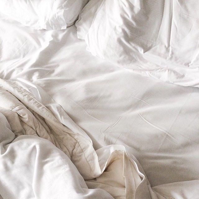 Cama deshecha, sábanas blancas