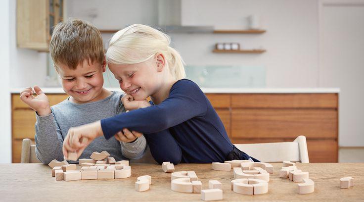 Durchdacht designte Bausteine aus Holz für ein spielerisches Lernen von Buchstaben und Wörtern - ein ideales Geschenk zur Schuleinführung