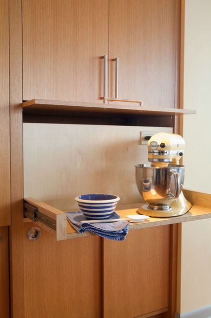 A cupboard for the mixer, just pull out the sliding tray and the door goes up. Genius. Although I'd have to find some way to use the space around it... cocina moderna ROM estudio de arquitectura