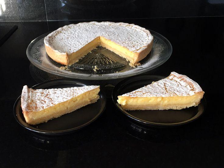 Tarte au #citron: hij oogt eenvoudig, maar smaakt heerlijk! Frisse #citroentaart met een bodem van Harde Wenerdeeg. #tarteaucitron