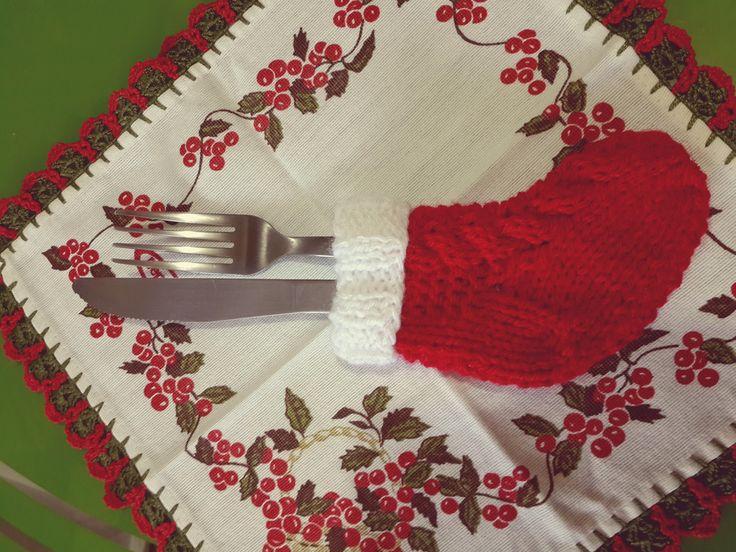 Botinhas de Natal feitas em tricô manual para deixar sua ceia mais bonita! O kit vem com 12 unidades.