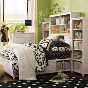 I don't exactly like this room theme but I do like the book case behind the bed