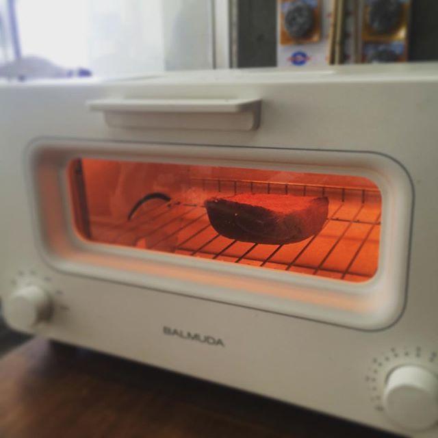 2017/02/16 13:28:51 acote.tokyo しばらくするとさっきのお水がスチームとなって窓がくもりだす…!パンの表面は薄い水分の膜で覆われはじめるのだとか。そうして表面だけが軽く焼けて、水分はパンの中に閉じ込められる。するとヒーターによる温度制御がスタート!トースターの中がぐっと赤くなったり静まったり、なんともいえない「機械」感に興奮。カチカチいうタイマーも期待を高めます⤴︎ #balmuda #balmudathetoaster #toaster #バルミューダ #バルミューダザトースター #パン #トースト #ランチタイム #lunch #実験 #アコテの実験 #アコテ #acote #àcôté #代々木上原 #幡ヶ谷