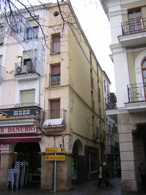 5-   Una casa demasiado estrecha (en Plasencia, Cáceres)   Algunos afirman que es la casa más estrecha de España. Al menos desde el blog aseguramos que es una de ellas. La casa en tenue amarillo de tres pisos que se ve en la imagen se encuentra en la Plaza Mayor de Plasencia, en la esquina de la calle Los Quesos.