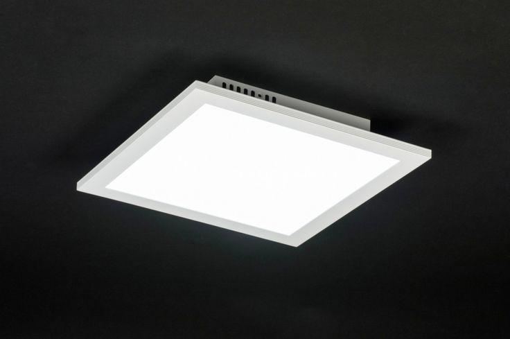 Art 10853 Deze vierkante plafondlamp valt op door zijn strakke, dunne vormgeving. De led verlichting ligt fraai verdeeld in de witte kunststof afdekplaat. Deze verlichting heeft een hoge lichtopbrengst. Hierdoor is deze plafondlamp goed geschikt voor diverse ruimtes zoals badkamer, kantoorruimtes, winkelruimtes enz.  http://www.rietveldlicht.nl/artikel/plafondlamp-10853-modern-wit-mat-aluminium-kunststof-vierkant