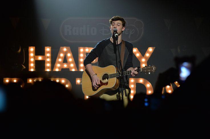 Een nieuw liedje van Shawn Mendes of toch niet? De zanger zong tijdens een bruiloft van een vriend een nog onbekend liedje!
