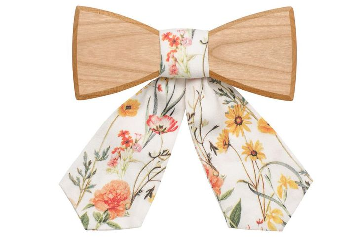 Rea wooden bow tie for women - collection summer 2017. Each woman is unique but they all share charm and tenderness. We want to be different but also stay true to ourselves. We want our accessories to get attention, but without too much 'bling', just highlighting our personal style.  A wooden bow tie can be worn on any occasion and in any way you like. Let's follow fashion magazines and be inspired, but always stay original.