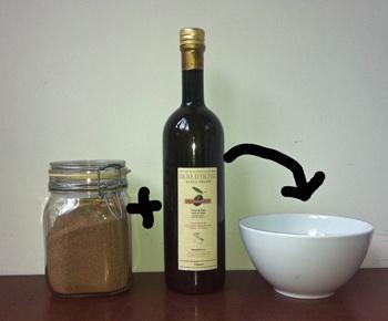 Körperpeeling selbstgemacht: Rohrzucker plus Olivenöl.