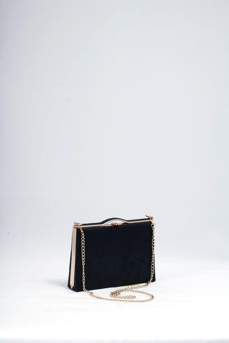 Τσάντα φάκελος μαύρος, διακριτικά γυαλιστερός, υφή υφάσματος.  Κλασική πολυτέλεια με χρυσές λεπτομέρειες. Τιμή έκπτωσης 20,00€
