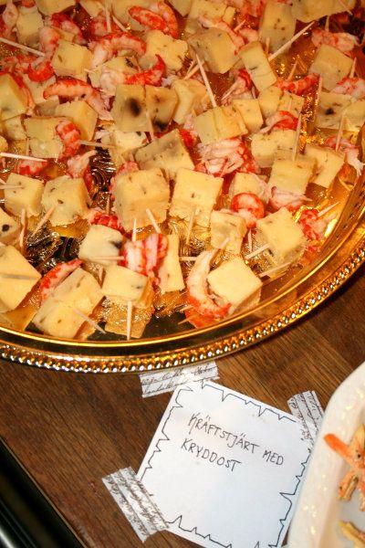 Julfest med Las Vegas tema: Mingelmat och snittar. Kräftstjärt med kryddost.