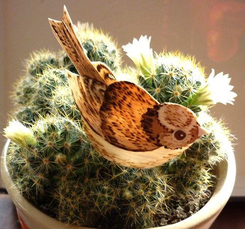 Воробей из соломки на кактусе