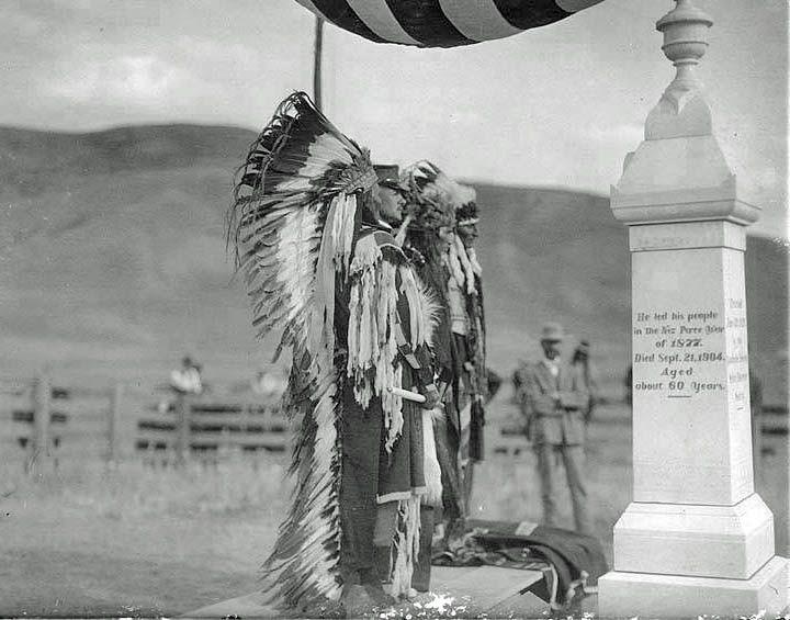 Pierre tombale de Chief Joseph (aka Joseph II) (1840-1904), avec l'inscription : « Il mena son peuple lors de la guerre des Nez-Percés de 1877. Il mourut le 21 septembre 1904, vers l'âge de 60 ans ».  (Photo by Edward S. Curtis, 1905)
