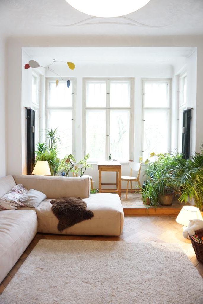 Helles Sonnendurchflutetes Wohnzimmer Mit Grossem Erker Grnen Pflanzen Und Ganz Viel Gemtlichkeit