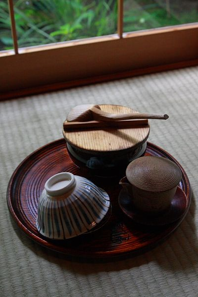 瓢亭の朝かゆ 早朝の南禅寺を散策した後は、瓢亭本店で朝粥をいただきました。 こけら葺きの主屋にいたお店の方に予約した旨を伝えると、温かく出迎え...