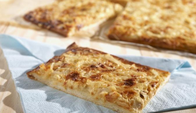 Dünn und knusprig muss nicht immer nur die Pizza sein. Der Zwiebelrahmkuchen vom Blech ist ein leckeres und unkompliziertes Gericht