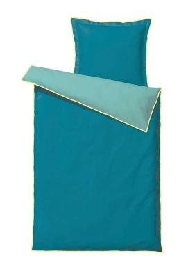 Brug farverne på sengetøjet så kan du nemt skifte ud efter humør, Duo-sengetøj i petroleum med gul kontrastsyning, 140 x 200 cm, $80/449 kr., Sødahl.