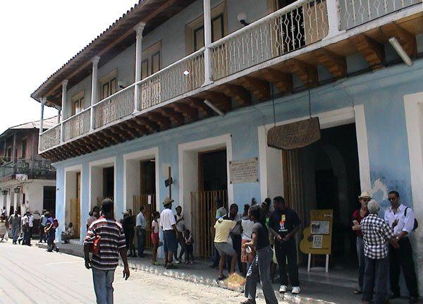 Tagsüber vor der Casa de la Trova in Santiago de Cuba