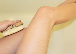 Cellulite, pores, circulation sanguine… : Les nombreux bienfaits du brossage à sec et comment s'y mettre ?