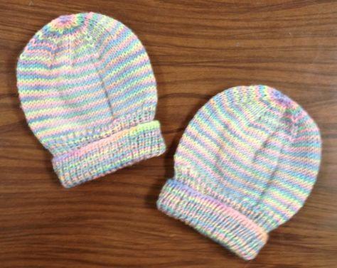 Voici un petit bonnet de bébé vraiment facile à réaliser. Lise en fait quelques-uns pour chaque réunion mensuelle ! Matériels : 3 aiguilles de 3.75 mm fil Bernat Baby Instructions : Ce bonnet n'a pas de couture à faire. 1. Monter 72 mailles 2. Pour la...