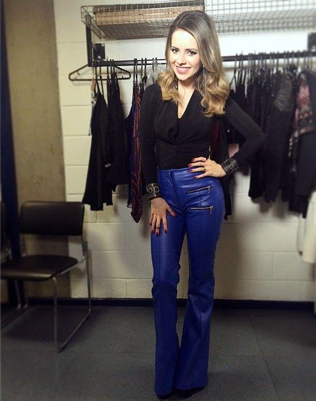 Novo look: Calça azul de couro e blusa de manga comprida preta ♥