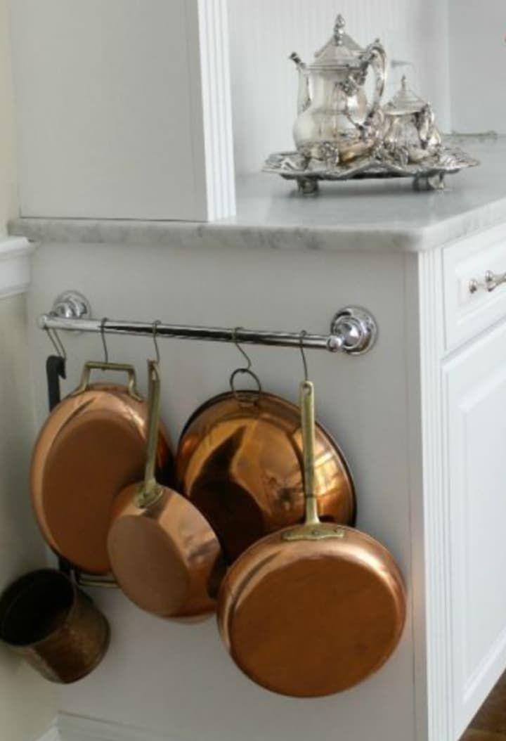 Use argolas de cortina de banheiro para prendê-las pelo cabo. Ideia tirada do site The 2 Seasons.