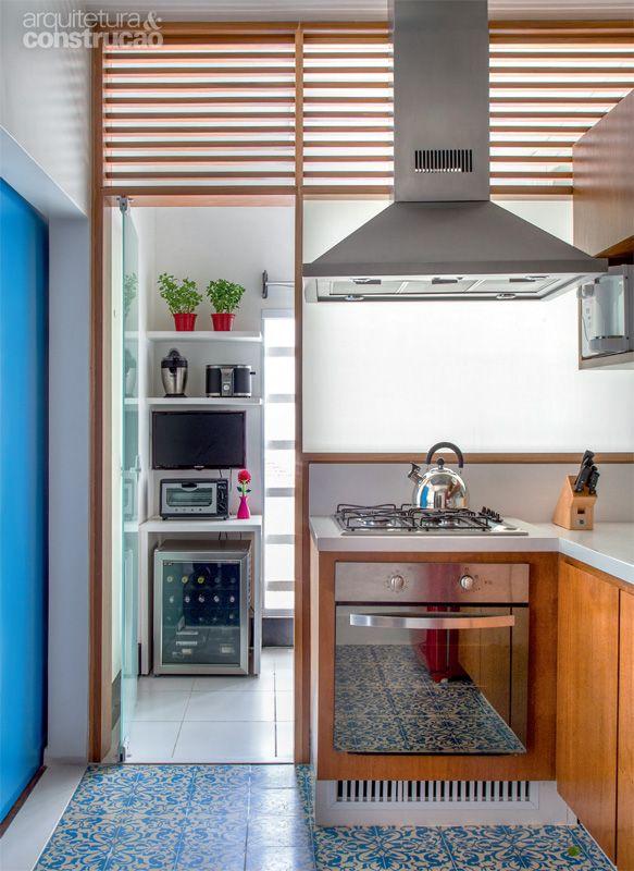 Marcenaria e ladrilhos hidráulicos remoçam tríplex de 94 m² - Casa