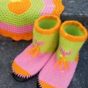 Gratis oppskrift på strikkede tøfler og heklet sitteunderlag