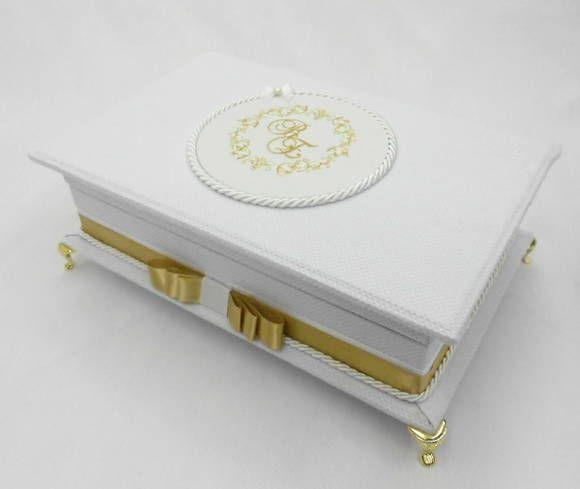 Caixa Kit de toalete com bordado na tampa para festa de casamento ou aniversário. Incluso produtos e rótulos personalizados. Temos outras opções de tecidos e fitas. R$ 330,00