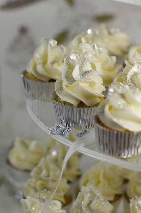swirl diamond cupcakes. Beautiful cupcakes on this website!