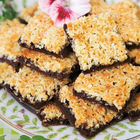 Kokostosca med en chokladig botten som passar utmärkt till toppingen. **Bake in 9X13 pan and double the topping. Use Swedish Light Syrup***