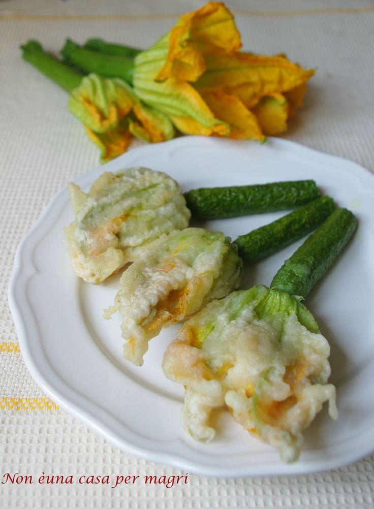 Fiori di zucchina in pastella, con un morbido ripieno di ricotta insaporita con erba cipollina, sono un delizioso antipasto o sfizioso secondo piatto.  http://blog.giallozafferano.it/noneunacasapermagri/fiori-di-zucchina/