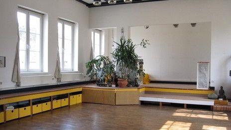 Gästehaus Seebeck | Unser Gästehaus liegt am Rand des idyllischen Dorfes Seebeck. Das Haus, das am Anfang des 20. Jahrhunderts gebaut und lange als Landgasthof genutzt wurde, haben wir liebevoll renoviert.  Der lichtdurchflutete, mit Eichenparkett ausgelegte ehemalige Tanzsaal wurde zum Seminarraum ausgebaut. Im begrünten Innenhof, den unsere Scheune begrenzt, und in unserem großen Garten gibt es etliche gemütliche Sitzecken. Auch dort lässt es sich ungestört arbeiten und entspannen.