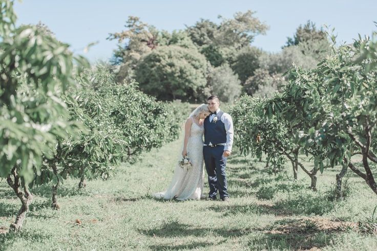 It seems like there's always something enchanting about gardens. And when I set eyes on Elisah and Heremaia's wedding photos in Liddington Gardens, I can't help but swoon!