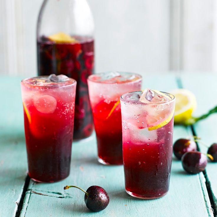 Zodra er weer kersen in de winkel liggen, zijn wij er als de kippen bij. Maak er eens een frisse limonade mee. Heerlijk voor op een warme dag! Serveer in een hoog glas met lekker veel ijsklontjes.  1. Doe dekersen en fijne...