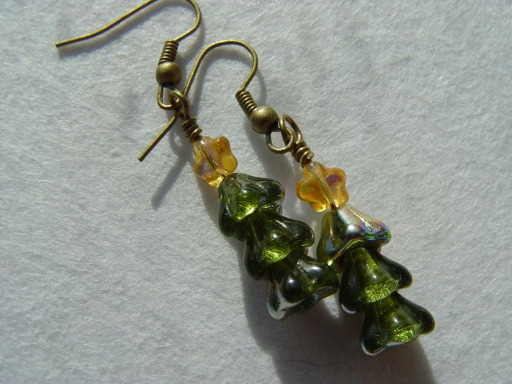€6 wee christmas tree in green czech glass flower beads with little yellow star on top. aurora borealis coating which looks like snow. shown in antique bronze but can be made in silver tone.