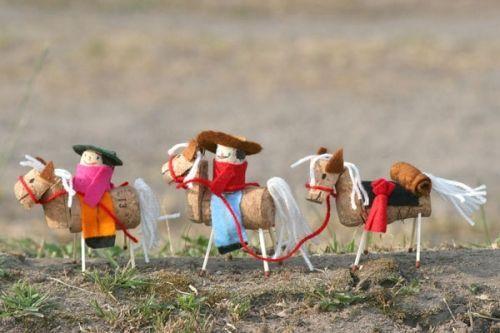 Kostenlose Cowboys und Pferde aus Korken zum Basteln