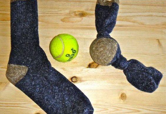 Calcetín con una pelota dentro - jueguetes para perros caseros