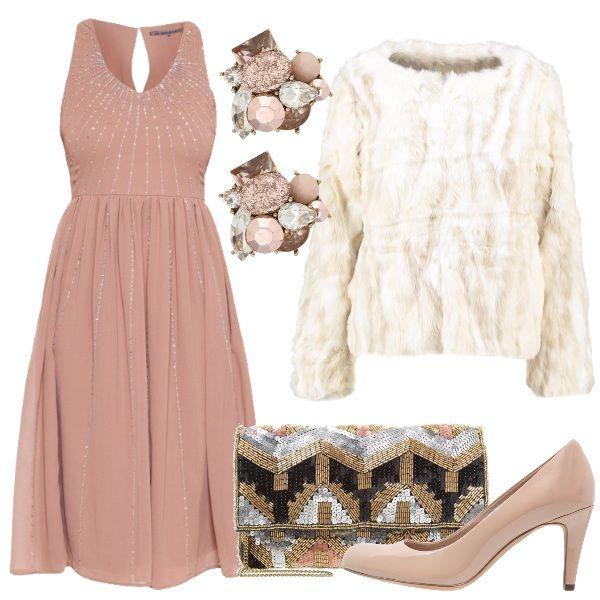 Per sentirsi come una diva l'abito taupe con fili di paillettes argento abbinato al pellicciotto color panna e la décolleté sabbia. Gli orecchini si coordinano con le nuances dell'outfit e la pochette dona un'allure glamour.